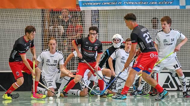 NÁCHODŠTÍ florbalisté (v černo-červeném) ze dvou domácích zápasů vytěžili jedno vítězství a sérii o postup do I. ligy tak vrátili do Brna.