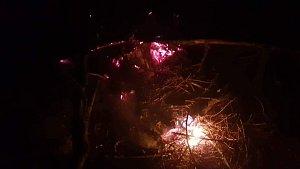 Požár se hasičům podařilo zlikvidovat po více než osmi hodinách asi hodinu po půlnoci.