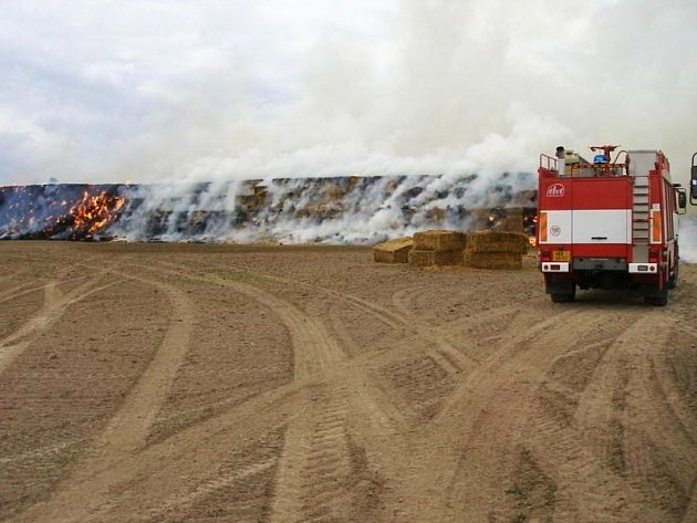 Požár balíků slámy u obce Vestec.