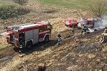 Čtyři jednotky hasičů v sobotu odpoledne vyrazily hasit požár porostu po kácení u obce Vernéřovice.