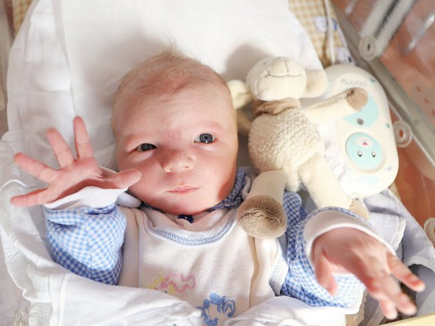 DANIEL JASIŇSKÝ poprvé vykoukl na svět 26. září 2017 ve 13.04 hodin. Jeho míry byly 3765 gramů a 53 centimetrů. Rodiče Veronika a Tomáš a bráška Dominik (2,5 roku) jsou z Náchoda.