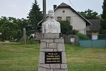 Pomník věnovaný místnímu rodákovi Františku Josefu Smetanovi, který se v 19. stol. proslavil jako národní buditel, učenec (historik, fyzik a přírodopisec) i jako básník.
