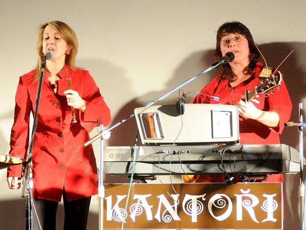 Se svým repertoárem a spoustou starých vánočních písní posbíraných z celého světa, mezi nimiž zazněly i písně české, přijela známá folková kapela Kantoři z Hradce Králové.