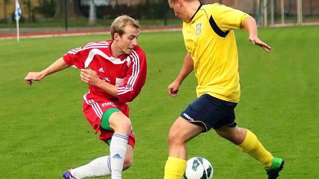 NOVOMĚSTŠTÍ fotbalisté (ve žlutém) uhráli ve Dvoře Králové proti tamní rezervě pouze remízu, když vyrovnávali až v samotném závěru.