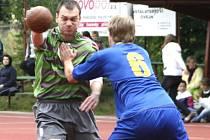 NÁRODNÍM házenkářům Krčína (v zeleném) končí letošní sezona už po čtvrtfinále.