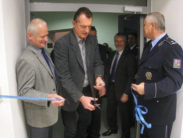 Startosta Jiří Klepsa (uprostřed) na snímkuz zachycen při listopadovém slavnostním otevření nově zrekonstruovaného policejního oddělení v Jaroměři.