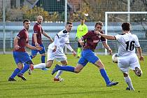 HURÁ NA ZTEČ! Vysokomýtští fotbalisté (u míče Tomáš Rezek) se v divizním šlágru vydávají k ohrožení brány Náchoda.