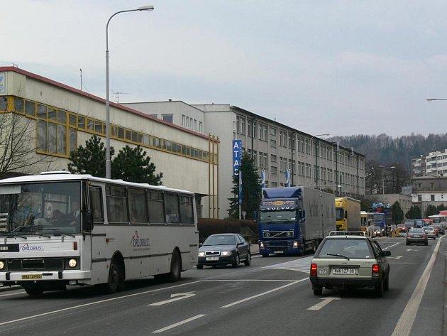 Tisíce automobilů denně projedou Pražskou ulicí v Náchodě.