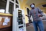 Automat na roušky zprovoznily v Náchodě u městského úřadu. Takzvaný rouškomat  je v permanenci.