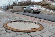 JEN PÁR TÝDNŮ stačilo a nová asfaltka v Pěkově proděravěla.