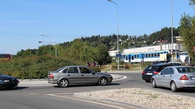 Automobily blokují okružní křižovatku v Náchodě-Bělovsi.