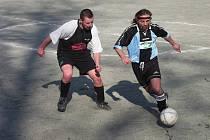 Futsalisté Řešetovy Lhoty B (u míče) propluli zcela bez komplikací letošním ročníkem Futsalu FIFA.