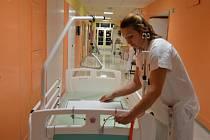 Pacienti i personál náchodské nemocnice se dočkali příjemného vánočního dárku. Tím je 210 nových lůžek včetně matrací a 194 nočních stolků.