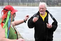 OTUŽILCI si v nedělním odpoledni chladnou vodu rybníku Brodský užívali a nevadili jim ani okolo nich se prohánějící bruslaři a diváci choulící se v zimních bundách.