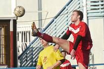 HODNĚ důrazně vlétl do jarní části sezony  hráč jaroměřské rezervy Jakub Emlar (v červeném).