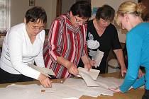 Vysypávání lístků z volebních uren a sčítání hlasů v Bukovici