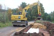 Opakovaně odkládná oprava komunikace do Božanova konečně začala. V době, kdy bude silnice zcela uzavřena, budou muset řidiči využívat objízdnou trasu vedoucí po polní cestě. Její stav by se měl v příštích dnech zlepšit.