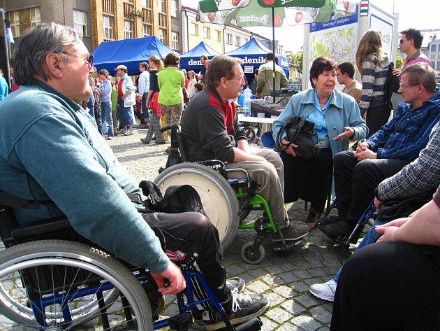 MIROSLAV  ČIHÁČEK (vpravo) a další náchodští vozíčkáři při včerejším Dni s Deníkem přiblížili veřejnosti obtíže, s nimiž se  zdravotně postižení musejí při pohybu poměstě vypořádávat.