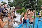 Hromada sněhu ze zimního stadionu v Náchodě osvěžila 10. srpna odpoledne návštěvníky Jiráskova koupaliště. Sněhové koule létaly vzduchem a široko daleko byl slyšet smích a výskot kluků i holčiček.