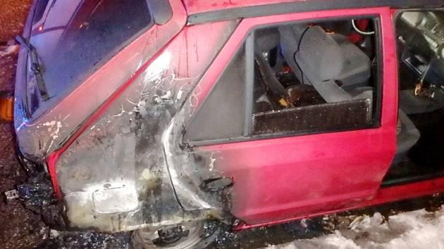 Požár osobního automobilu v Jaroměři-Josefově.