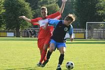Kostelecký kanonýr Martin Vít (v červeném) si připsal proti Janským Lázním dva góly a jednu neproměněnou penaltu.