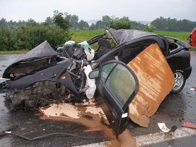 Tři lidé se zranili a jedna žena zemřela při dopravní nehodě, která se stala ve středu v 18.30 u obce Kleny (před Českou Skalicí ve směru od Náchoda). Po srážce opelu s dodávkou zůstala na místě mrtvá jedenadvacetiletá řidička osobního vozu.