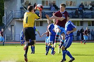 Brankář Patrik Vízek sbírá míč ze vzduchu.