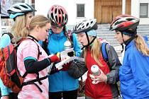 Před rychle se blížící zimou uzavřela asi dvacítka cyklistů letní sezonu. Symbolicky uzamkli cyklostezky v Kladském pomezí.