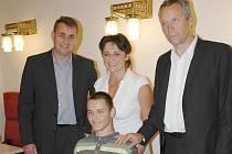 Martina Michla s maminkou přivítali v kavárně Beránku předseda představenstva Beránek, a.s., Aleš Cabicar (vlevo) a Milan Nosek.