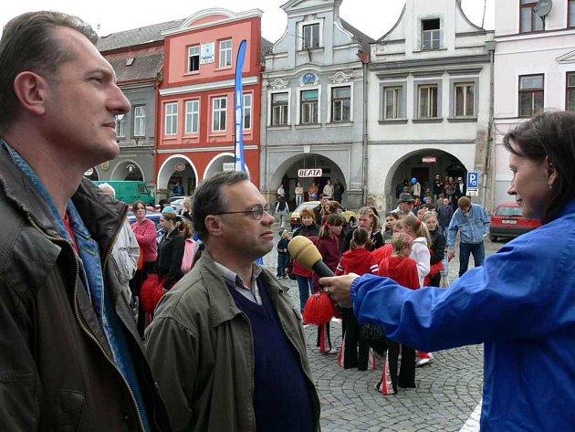 Starosta Jiří Klepsa (vlevo), Jiří Mužíček a moderátorka Jiřina Mužíčková.