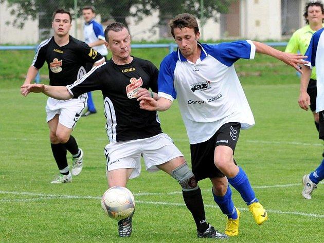 Prestižní derby dvou velkých rivalů vyhráli na půdě Hronova fotbalisté Velkého Poříčí (v tmavém).