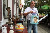 KONVIČKA NA KONVI. Luboš Moravec s konví, ze který zírala podobizna protiislamisty Martina Konvičky. V reakci na jeho politické názory ho stylizovali do podoby Hitlera.