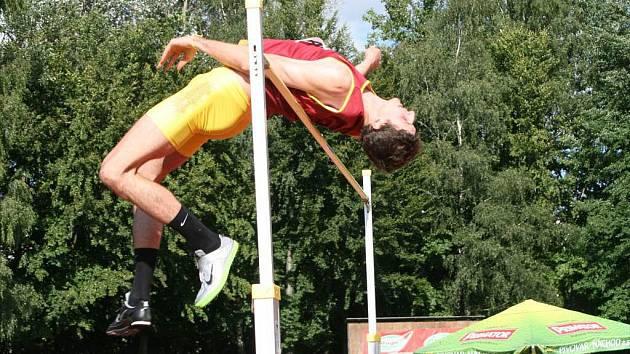 Z PLNÉ přípravy na mistrovství světa v Tegu si výškař Jaroslav Bába odskočil na Velkou cenu Nového Města nad Metují, kde výkonem 221 centimetrů vylepšil rekord mítinku a také zvítězil.