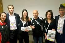 SPOLEČNĚ s Alešem Žďárským (uprostřed) se na hladkém chodu evropského halového šampionátu atletů podílely z novoměstského Sportovního klubu ještě Pavla Rousková (zcela vlevo), Jana Vančáková (po Žďárského pravici) a Zuzana Rousková (po Žďárského levici).