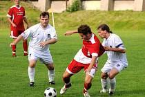 Se suverénním Převýšovem (v červeném) prohráli fotbalisté Police nad Metují doma těsně 1:2.