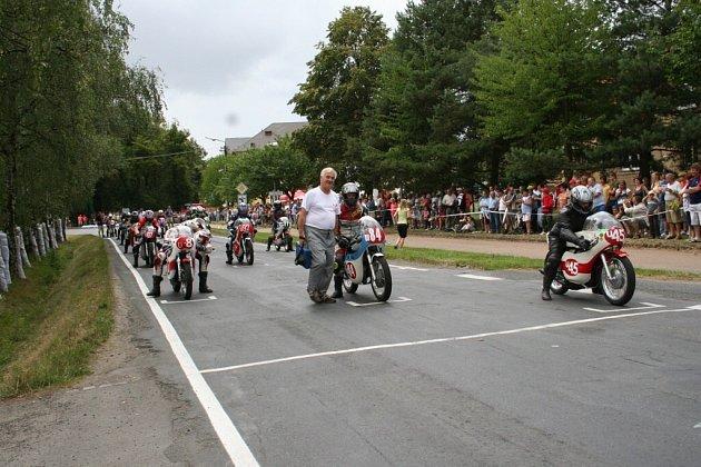 Závody  historických motocyklů pravidelně přilákají do okolí tratě zástupy příznivců.