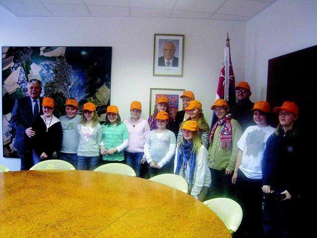 Členové dětského parlamentu , který doma v  německém Hildenu řeší například i problémy svých spolužáků, přijel do Nového Města nad Metují v oranžových kšiltovkách.