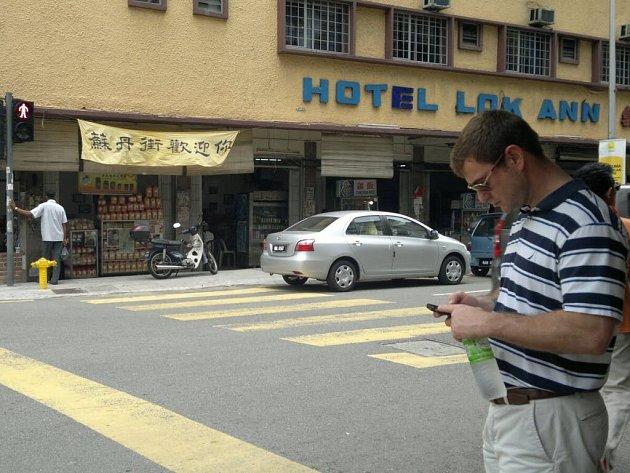 Ulice města Kuala Lumpuru nejsou vůbec bezpečné. Přítel Adam (vpravo) přišel o iPhone, který mu zloděj vytrhl z ruky.