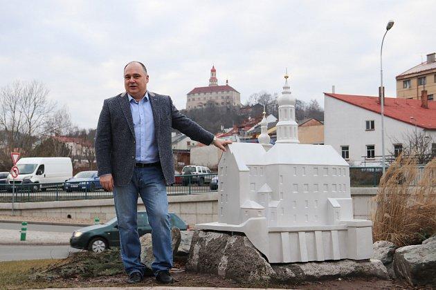 """Náchodský zámek má svého """"mladšího brášku"""" na kruháku v centru města."""