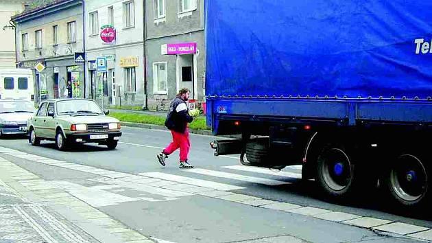 Centrum České Skalice úpí po náporem aut.