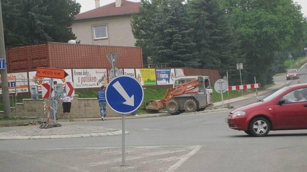Provoz na kruháku  ve Vrchovinách zbrzdí semafory, kanalizace má přednost.