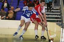Florbalisté Náchoda (u míčku) naplno využili o víkendu domácí prostředí a díky dvěma vítězstvím si zajistili prvenství v druholigové tabulce a účast v baráži o první ligu.
