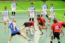 Muži Červeného Kostelce se v duelu s Bílou Třemešnou snaží všemi možnými dostupnými způsoby udržet míč ve hře.