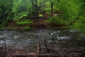 Zraněnou osobu nesli hasiči přes řeku Metuji.