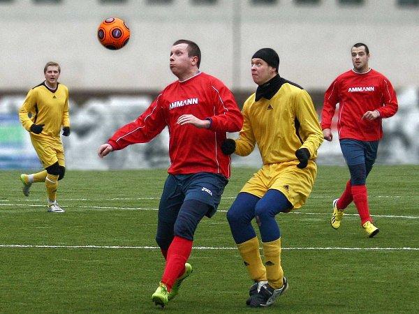 FOTBALISTÉ Nového Města nad Metují prohráli ve svém prvním přípravném utkání vTrutnově 0:4. Na snímku bojuje omíč Pavel Sedláček (včerveném).
