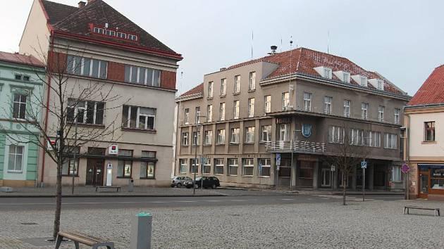 Nedokončená přístavba Sálu Josefa Čapka se novou radnicí nestane.