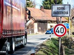 Začala další část uzavírky Náchoda. V Horní Radechové protestují proti objížďce který přes tuto obec vede.