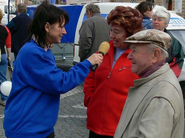 Moderátorka Jiřina Mužíková se ptala přítomných lidí, zda znají Náchodský deník.