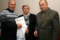 CENU za nejlepší vesnickou jednotu okresu Náchod přebírá Jaroslav Rufer (na snímku vlevo).