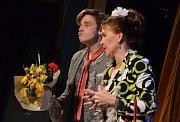Z představení Trapas nepřežiju aneb Ten řízek nezvedej v hronovském Jiráskově divadle.